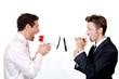 Zwei Männer schreien sich über Megaphone an