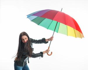 Rassige Frau mit Regenschirm