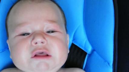 Kleines Baby schreit im Kindersitz
