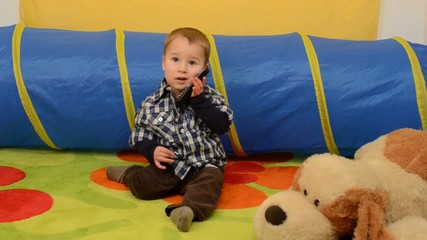 Baby Telefoniert mit Mama
