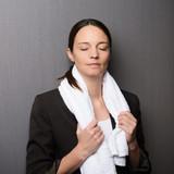 geschäftsfrau mit handtuch und geschlossenen augen