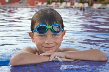 Portrait d'enfant à la piscine (8-9 ans)