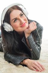 Rassige Frau hört Musik