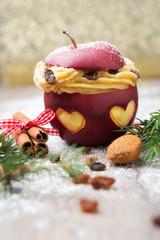 Bratapfel mit Herzen, gefüllt mit Creme und Rosinen