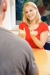 Frau spricht mit Gebärden