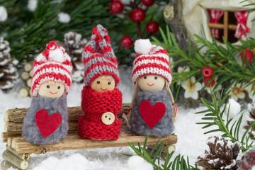 Wintermotiv - Puppen auf Holzbank