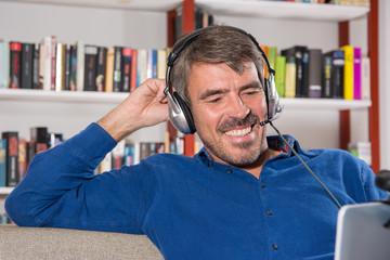 Mann mit Headset im Wohnzimmer