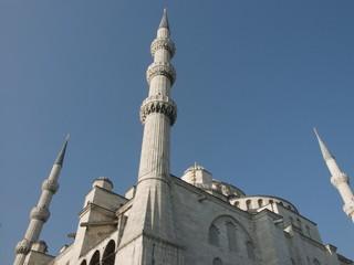 Eckansicht der Blauen Moschee in Istanbul mit drei Minaretten