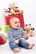 Kleines Baby - Sohn, barfuß an Weihnachten oder Geburtstag