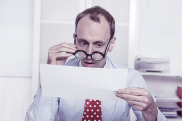 Vertrag - Jurist liest Kleingedrucktes