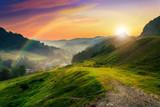 Über dem Horizont der untergehenden Sonne