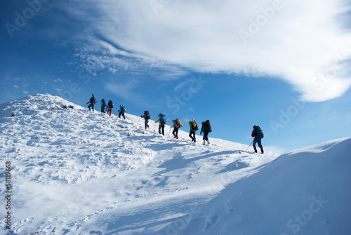 Papiers peints Montagne hikers in a winter mountain