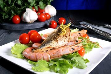 pesce gamberi alla griglia sfondo colorato