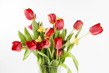 красные тюльпаны с бабочками