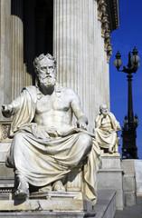 Geschichtsschreiber vor dem Parlament von Wien