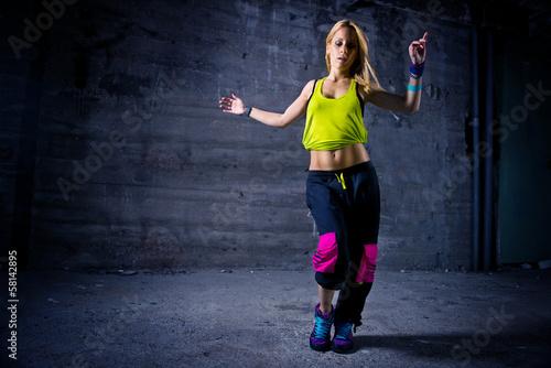 Aluminium Dans Woman dancing in urban environment