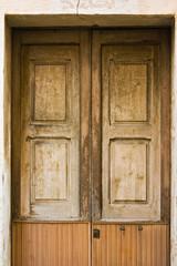 vecchia porta in un paesino del sud