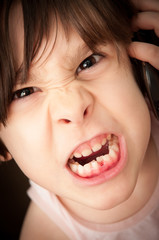 Bambina arrabbiata al telefono cellulare