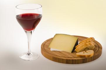 Rotweinglas mit Käse 1