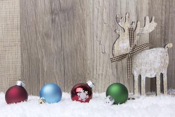 Elch mit bunten Weihnachtskugeln