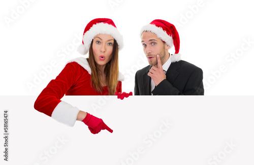 weihnachtspärchen zeigt auf tafel