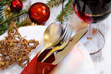 festlich gedeckter Tisch zur Weihnachtszeit