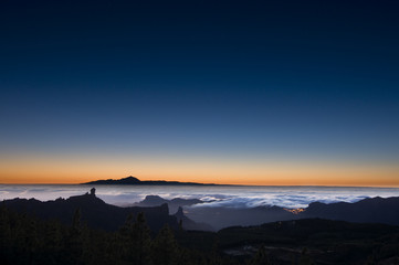 Roque Nublo y pico del Teide en mar de nubes