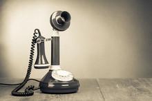 Rétro téléphone rotatif sur la table pour le fond de cru