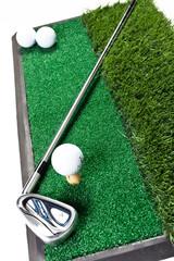 Mazza e palline da golf su erba sintetica