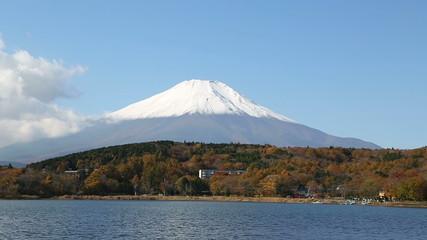 富士山と秋紅葉の山中湖