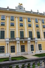 Fassade von Schloss Schönbrunn mit Garten in Wien