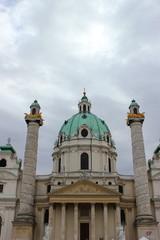 Die berühmte Karlskirche auf dem Karlsplatz in Wien