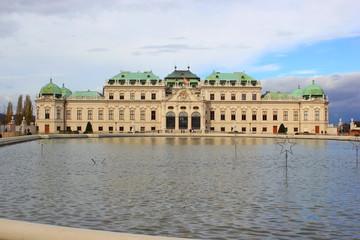 Vorderansicht von Schloss Belvedere in Wien mit Teich