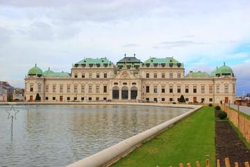 Schloss Belvedere in Wien mit Teichanlage im November
