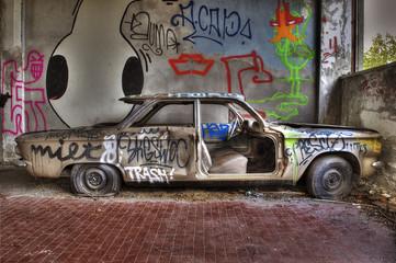 Auto abbandonata laterale