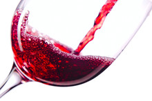 Vin rouge sur fond blanc