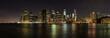 Skyline von New York bei Nacht als Panoramafoto