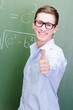 motivierter schüler zeigt daumen nach oben