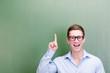 schüler mit brille zeigt mit dem finger
