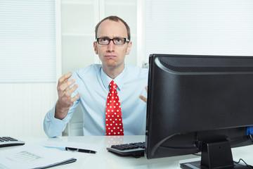 Mann wütend aggressiv sitzend am Schreibtisch - Manager