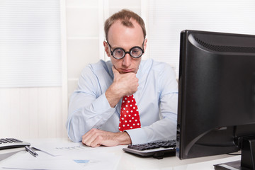 Kündigung - Mann sitzt deprimiert und traurig im Office