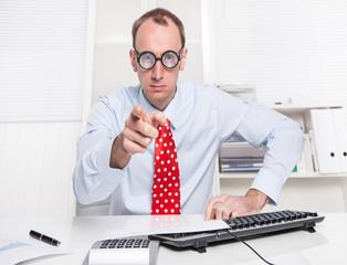 Mann im Büro zeigt mit dem Finger - Zeigefinger, Anklage