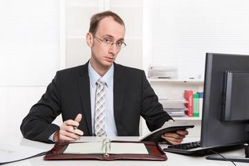 Arroganter Geschäftsmann in Anzug und Krawatte