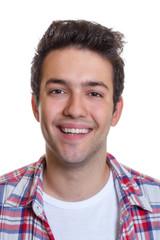 Portrait eines lachenden jungen Mannes im karierten Hemd