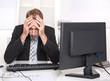 Mann frustriert und deprimiert im Büro - erfolgloser Manager