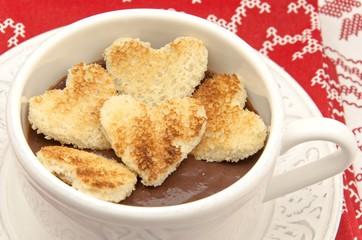 Taza de cocholate con corazones de pan