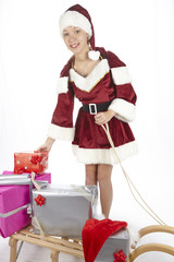 Weihnachtsfrau mit Geschenken auf dem Schlitten