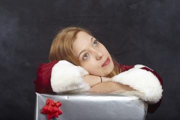 Weihnachtsfrau stützt sich auf Geschenkpakete