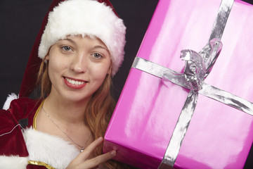 Weihnachtsfrau mit Geschenk