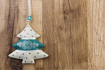 Weihnachtsbaum mit Holzhintergrund